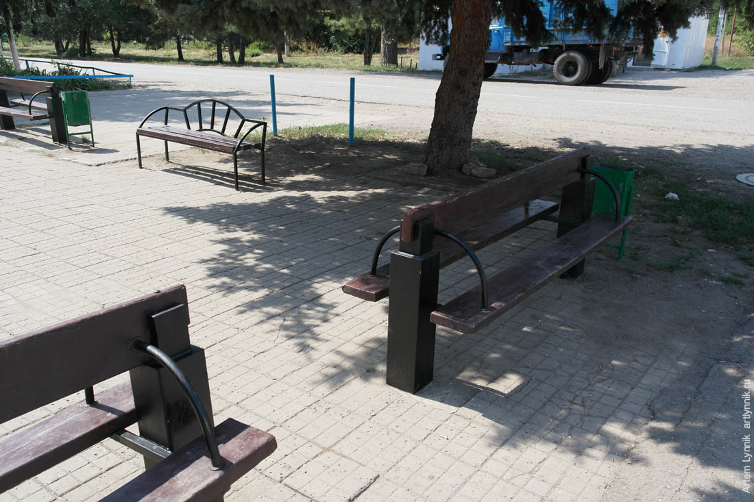 bench, trash can